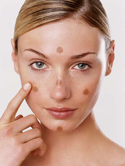 First dab all over your face, then begin blending. Always start from top to bottom and do not forget zones like your eyelids, the cheeks and your neck.
