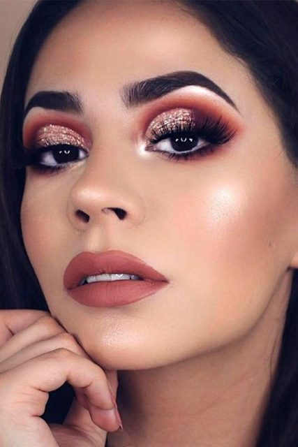 fall makeup, sunkissed look, makeup ideas 2019, makeup tips 2019, red lipstick, thick eyelashes, false eyelashes, dark eyes, black eyeliner,pinmymakeupideas.com